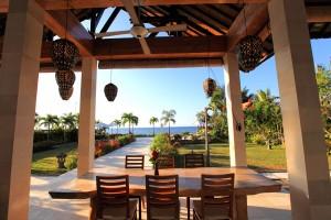 Vakantie villa op Bali met overdekt terras.